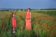 Meisje met moeder die op het papavergebied lopen Royalty-vrije Stock Afbeelding
