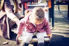 Meisje met moeder op speelplaats royalty-vrije stock foto's