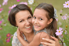 Meisje met moeder in park Royalty-vrije Stock Foto's