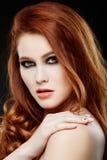 Meisje met mooi lang rood haar stock foto's