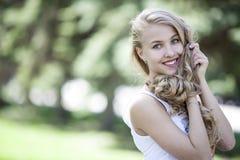 Meisje met mooie glimlach en lang haar in de straat Stock Foto
