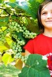 Meisje met Muscateldruiven/Druiven stock foto's
