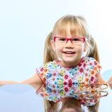 Meisje met nieuwe eyewear stock afbeelding