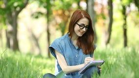 Meisje met notitieboekje stock videobeelden