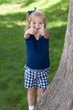 Meisje met omhoog duimen Stock Afbeeldingen