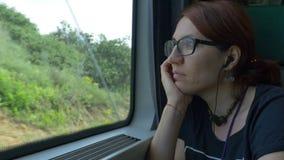 Meisje met Oogglazen die door Trein reizen stock footage