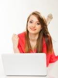 Meisje met oortelefoons en computer die aan muziek luisteren Stock Foto