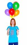 Meisje met opblaasbare die ballons op witte achtergrond wordt geïsoleerd Stock Fotografie