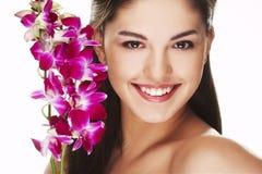 Meisje met orchidee stock foto's