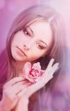 meisje met orchideebloem Royalty-vrije Stock Afbeeldingen
