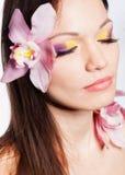 Meisje met orchideebloemen in haar Royalty-vrije Stock Foto's