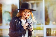 Meisje met oude camera royalty-vrije stock foto's