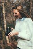 Meisje met oude camera Stock Afbeelding