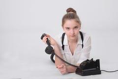 Meisje met oude telefoon stock foto