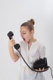 Meisje met oude telefoon in de handen van royalty-vrije stock foto's