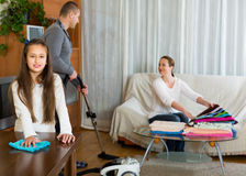 Meisje met ouders die thuis schoonmaken Royalty-vrije Stock Fotografie