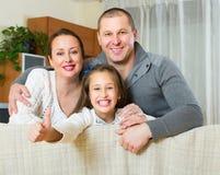 Meisje met ouders het stellen Stock Foto's