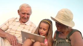 Meisje met oudsten die PC-tablet gebruiken stock footage