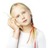 Meisje met overzeese shell Stock Afbeeldingen