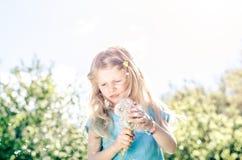 Meisje met paardebloembloem royalty-vrije stock foto's