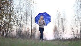 Meisje met paraplu op aard stock footage