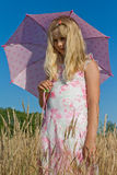 Meisje met paraplu op weide royalty-vrije stock foto