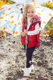 Meisje met paraplu in rood vest openlucht royalty-vrije stock foto's