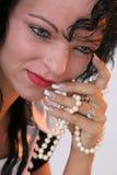 Meisje met parels in haar hand Stock Afbeelding