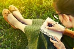 Meisje met pen het schrijven Stock Foto