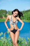 Meisje met perfect lichaam op het meer Stock Fotografie