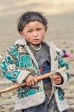Meisje met pikhouweel in Nepal Stock Foto's