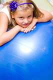 Meisje met pilatesbal Stock Afbeelding