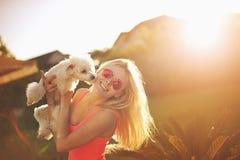 Meisje met poedel in zonneschijn Royalty-vrije Stock Foto
