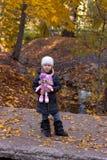Meisje met pop stock afbeeldingen
