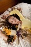 Meisje met pop op het bed Stock Afbeeldingen