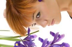 Meisje met purpere bloem stock foto's