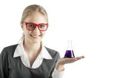 Meisje met reageerbuizen en microscoop voor chemische klasse Royalty-vrije Stock Foto's
