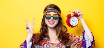 Meisje met regenboogglazen en wekker Royalty-vrije Stock Afbeelding