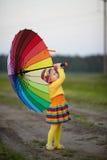 meisje met regenboogumrella op het gebied Stock Afbeelding