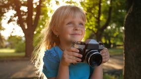 Meisje met retro camera stock footage