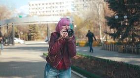 Meisje met retro camera stock videobeelden