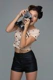 Meisje met retro camera Stock Fotografie