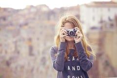 Meisje met retro camera Stock Afbeeldingen