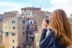 Meisje met retro camera Royalty-vrije Stock Afbeeldingen