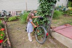 Meisje met retro fiets stock foto's