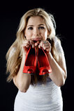 Meisje met rode in hand schoenen Royalty-vrije Stock Afbeelding