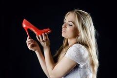 Meisje met rode in hand schoenen Stock Foto