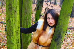 Meisje met rode lippen in het bos Stock Foto's