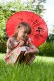 Meisje met rode paraplu royalty-vrije stock afbeeldingen