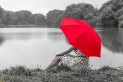 Meisje met rode paraplu Stock Fotografie